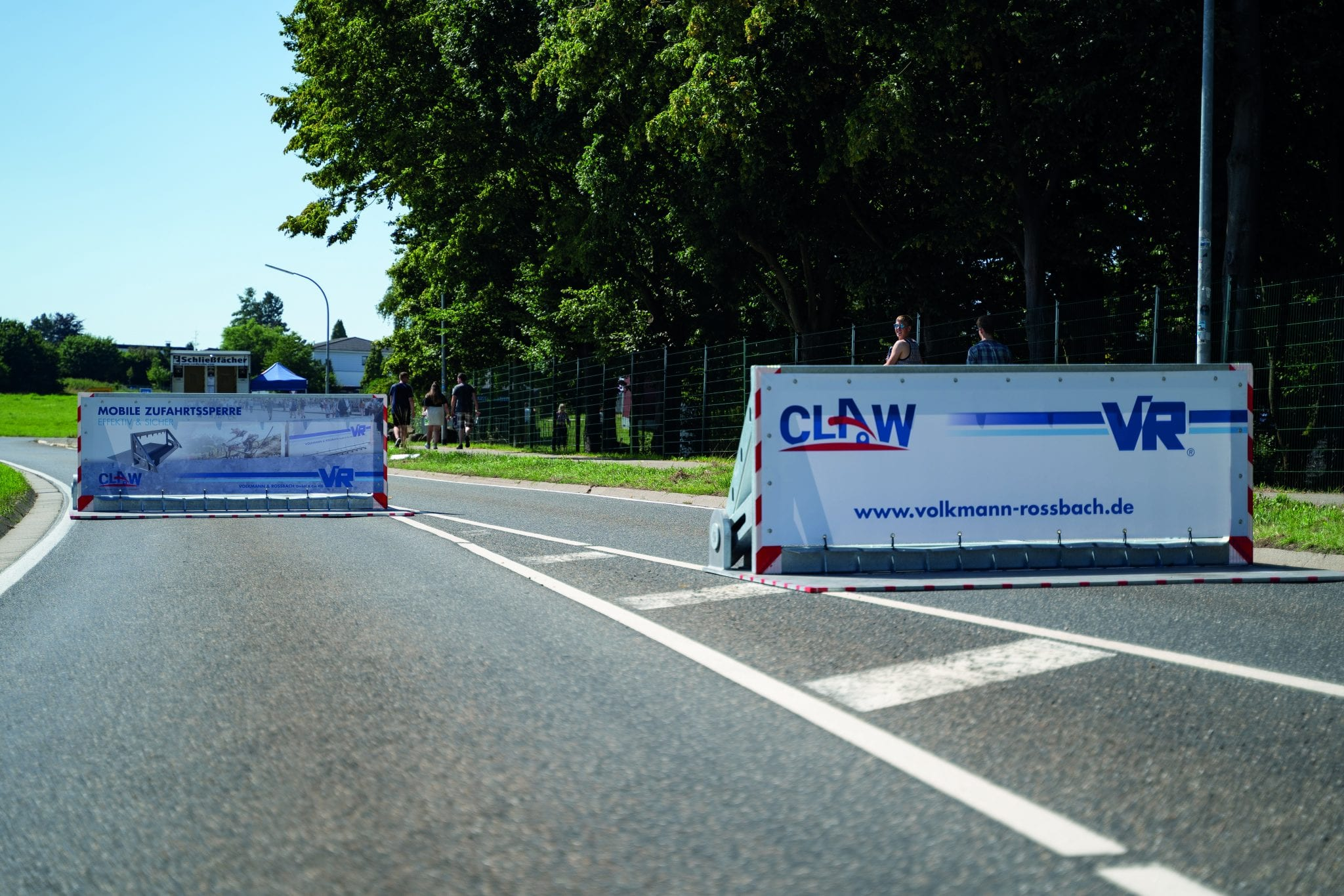 claw vehicle hostile barrier